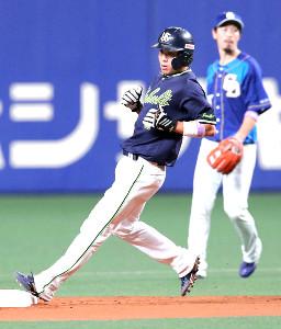 5回2死一、三塁、打者・バレンティンの時、二盗を決める山田哲(カメラ・谷口 健二)
