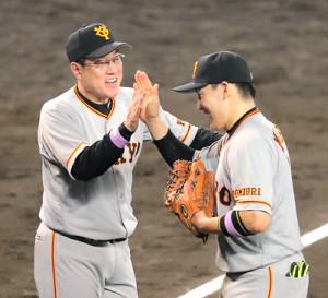阪神に勝利し、丸(右)をハイタッチで迎える原監督