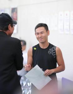 ボクシング全日本選手権東海予選に出場、会場で関係者と談笑する高山勝成(カメラ・渡辺 了文)