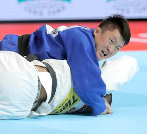 準決勝で、ツシシビリ(下)から合わせ技一本を奪った原沢久喜