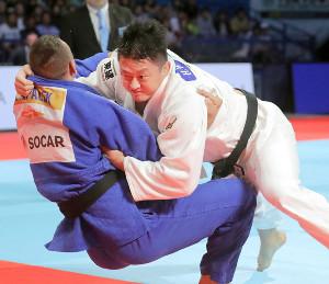 男子100キロ超級の決勝で、クルパレク(左)と激しい攻防を見せる原沢久喜。指導3つによる反則負けで銀メダルに終わった