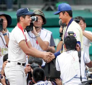 共に甲子園のマウンド上で土を集め、握手を交わす履正社・清水(左)と星稜・奥川