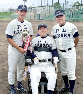 マスターズ甲子園出場を決め笑顔を見せる(左から)桑田氏、清水哲氏、中村順司氏