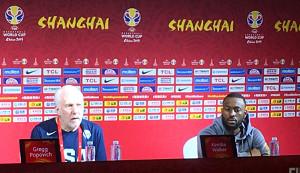 試合前に会見を行った米国代表のグレグ・ポポヴィッチ・ヘッドコーチ(左)とケンバ・ウォーカー