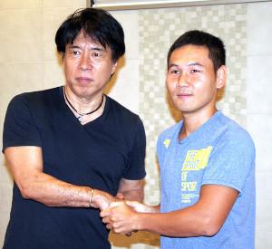 ボクシング。引退表明から一夜明けて会見した高山勝成(右)と中出博啓トレーナー(カメラ・田村 龍一)