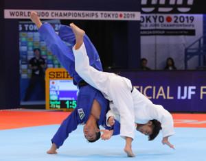 男女混合団体の準決勝で、ブラジル代表選手相手から技ありを奪う男子73キロ級の橋本壮市(右)