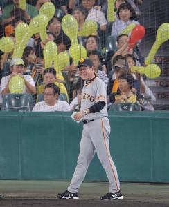 7回2死満塁、ゲレーロが空振りの三振に倒れ悔しがる原辰徳監督(カメラ・中島 傑)