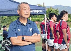 勝利し歓喜する関学大を見つめ、肩を落とす京産大・大西健監督(左)