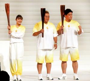 「東京2020パラリンピックカウントダウンセレモニー」に出席した(左から)石原さとみ、「サンドウィッチマン」の伊達みきお、富澤たけし