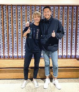 8月19日、オランダで再会した日本代表MF板倉(左)とGKシュミット(本人提供)