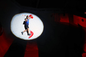 スポーツクライミング世界選手権男子複合決勝のボルダリングで第3課題を完登してガッツポーズする楢崎智亜