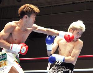 初回、左ストレートを浴びせ、大保龍球(右)から先制ダウンを奪った波田大和