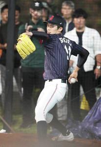 試合中にブルペン入りし、捕手を立たせて投球練習をする大船渡・佐々木(カメラ・馬場 秀則)