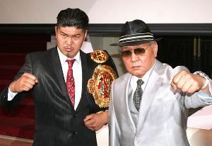 アマチュアボクシング界から永久追放されて半年。プロ新団体「WYBC」の設立会見を行った山根明氏(右)と高橋知哉選手(カメラ・田村 龍一)