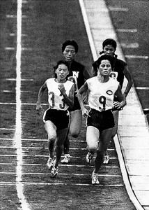 東京五輪代表選抜陸上で力走する木崎〈9〉(64年9月、国立競技場で)