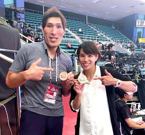 世界選手権で道に迷っていたらしい、ロンドン五輪女子52キロ級金メダリストの松本薫さんと(篠原氏提供)