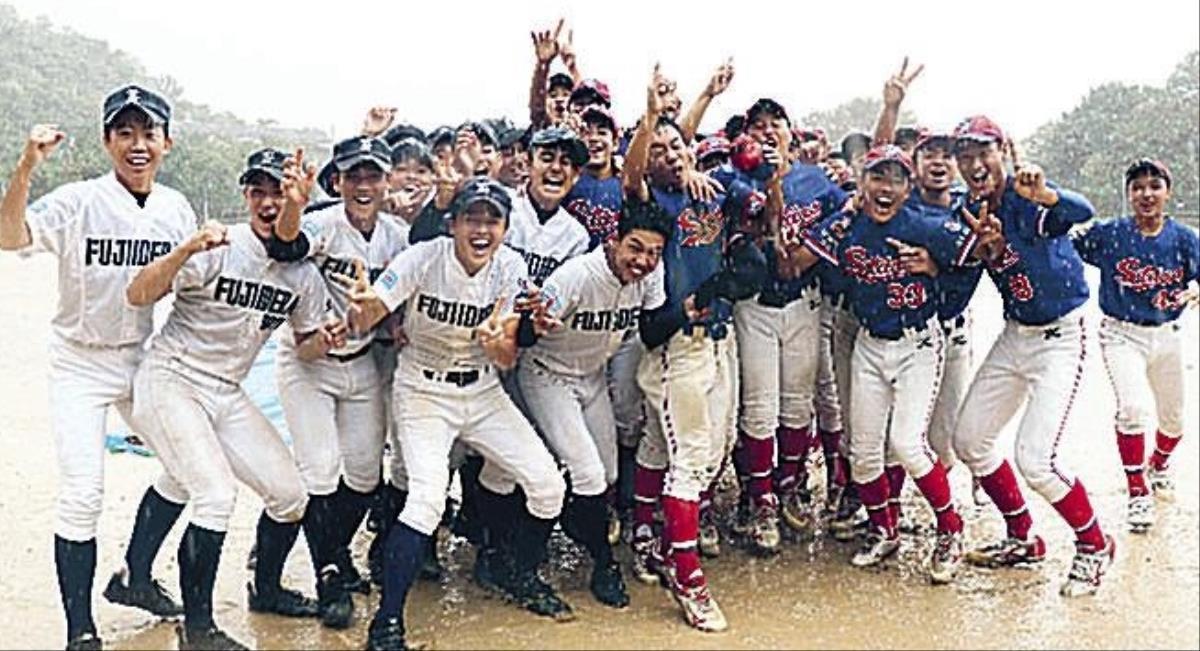 両チーム優勝となり喜ぶ藤井寺と東名古屋ナイン