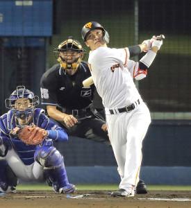 1回1死、坂本勇人が右中間ソロ本塁打を放つ(捕手・加藤匠馬)(カメラ・生澤 英里香)