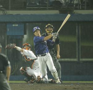 7回1死一塁、福田永将が左中間2ラン本塁打を放つ(捕手・大城卓三)
