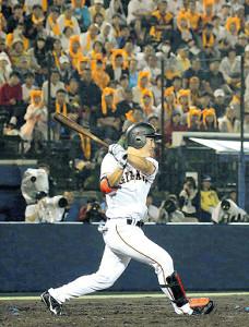 8回2死一塁、プロ初安打となる右前打を放つ山下航