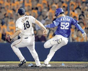 2回1死一、三塁、加藤(右)に一塁への適時内野安打を許した菅野