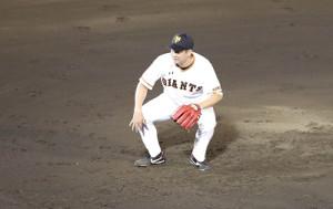 2回の投球時、低い体勢になる菅野