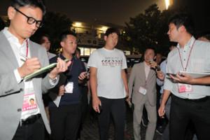 たくさんの報道陣に囲まれ、球場を後にする菅野