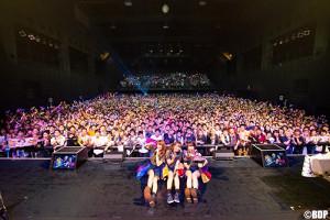 名古屋のバンドリーマーと記念撮影した(左から)大塚紗英、大橋彩香、伊藤彩沙(C)BanG Dream! Project/Photo:Satoshi Hata