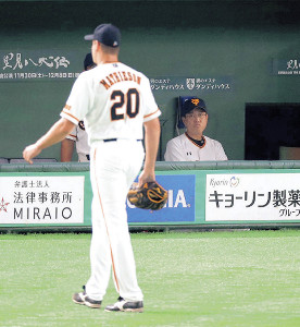 8回、逆転を許し途中で降板するマシソン(左)を見つめる原監督(カメラ・生澤 英里香)