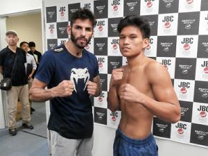 4年9か月ぶりの日本での試合に意気込みリナレス(左)と対戦相手のトヨゴン