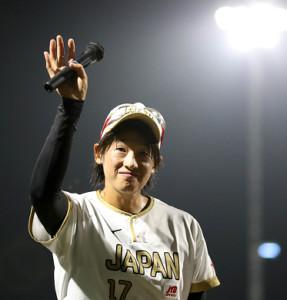 8月30日の復帰戦で声援にこたえる上野由岐子