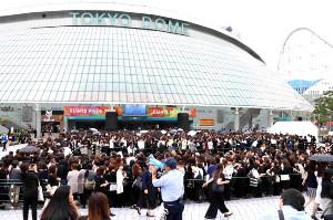 ジャニー喜多川さんお別れ会の列に並ぶ大勢のファン