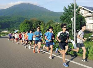 総勢約60人で朝練習を行う帝京大