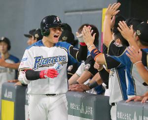 5回2死一塁、右越え2ラン本塁打放った清宮幸太郎はベンチのナインに迎えられる