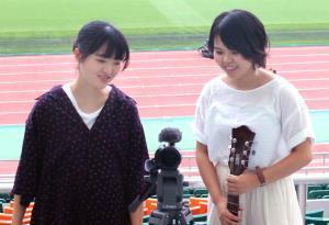 同じ20代女性の感性で作品について話し合う松永さん(左)とRitomo(右)