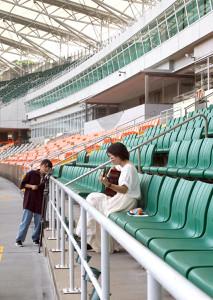 カメラを構えて撮影する松永さん(左)と、ギターを抱えて歌うRitomo(右)によるMV撮影