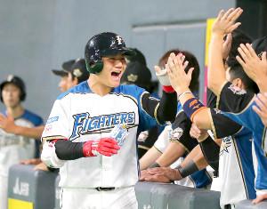 5回2死一塁、右越え2ラン本塁打放ちベンチのナインに迎えられる清宮幸太郎