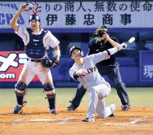 7回2死一、三塁、チャンスに遊飛に倒れた坂本勇(捕手・松本直=カメラ・相川 和寛)
