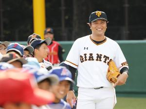 笑顔で指導する講師の高橋由伸さん