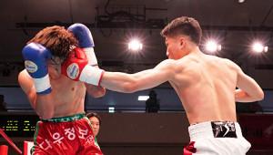 キム・サンフンに2回KO勝利でデビュー戦を飾った福井勝也(右)