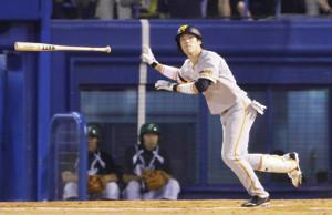 7回2死満塁、代打・重信が左越え適時二塁打を放つ