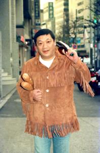 インタビューでワインとパンを手にポーズをとる安部譲二さん(1989年1月撮影)