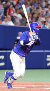 4回、右中間三塁打で出塁する中日・京田