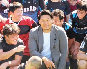 自身の寄付でできた母校・新潟工のグラウンド開きに訪れたラグビー日本代表プロップ稲垣啓太は、珍しく笑顔