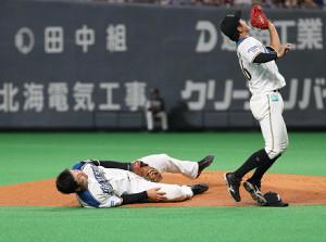 2回2死一塁、西浦の三飛の打球を追って倒れこむ一塁手の清宮(左)。右は浅間