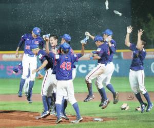 米国を破って優勝し、大喜びする台湾代表の選手たち