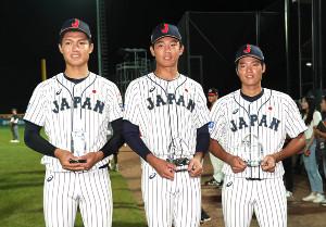 個人表彰を受けた(左から)西純矢、奥川恭伸、韮沢雄也