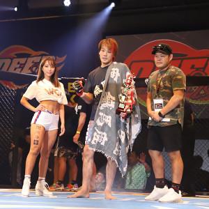 KO勝利を収めた大原(中央)