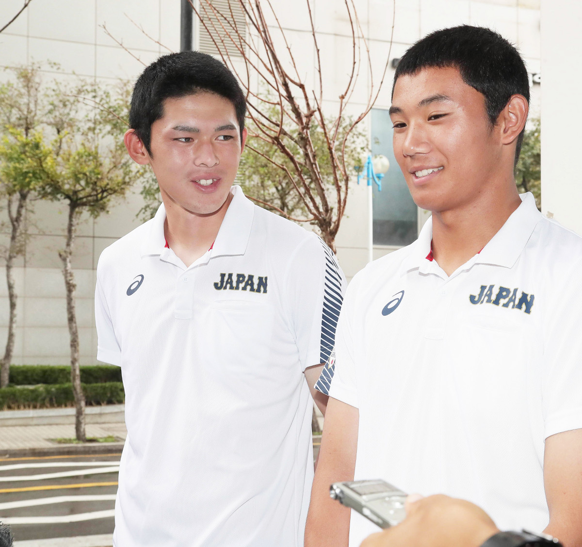 笑顔で会見に応じる大船渡・佐々木(左)と星稜・奥川