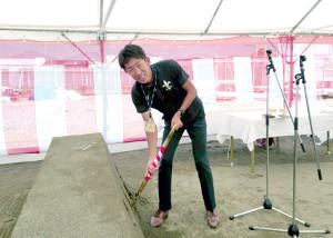 箱根駅伝復活出場を目指す立大の上野監督は選手寮の建設地でくわ入れした